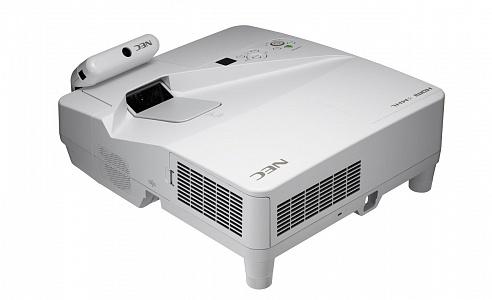 Ультракороткофокусный проектор с разрешением WXGA и яркостью 3000 лм
