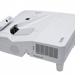 Ультракороткофокусный интерактивный проектор с разрешением 1280 x 800 и яркостью 3500 лм